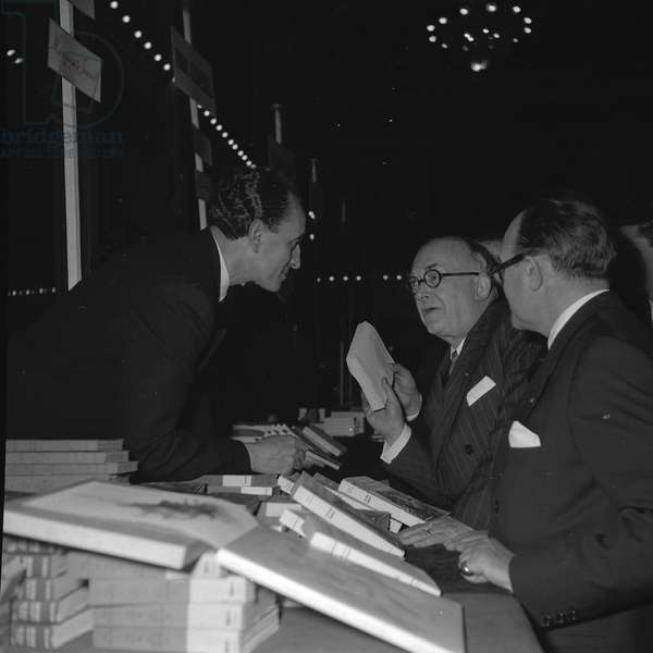 Vincent Auriol and Paul Vialar at the Books sale of the Society of Dramatic Authors and Composers, 1952