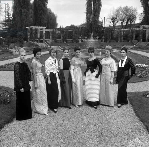10th Anniversary Of Maria Carine Who Broadcast: Jean Desses, Jacques Heim, Jeanne Lanvin And Guy Laroche, Toilet Du Soir Of These 4 Couturiers April 30, 1963. (b/w photo)