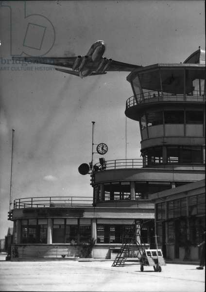 Jun. 06, 1953 - First comet to run on air France service The comet coming from London arrives at Le Bourget airport after covering the distance between the two capitals in 40 minutes.