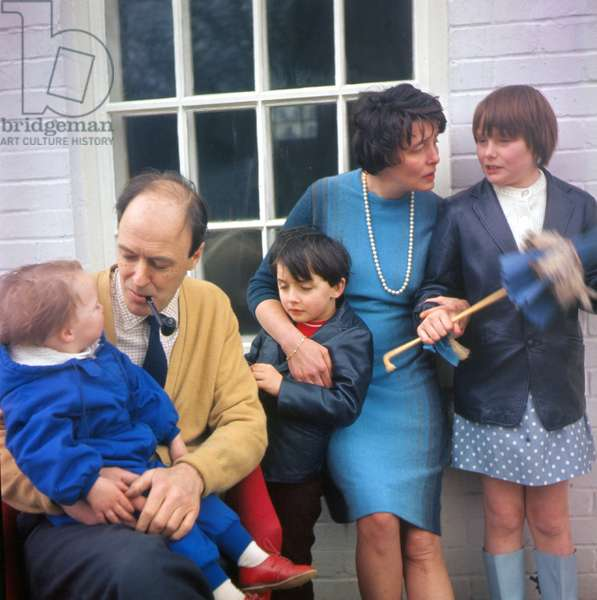 Portrait of the writer Roald Dahl with his wife Patricia Neal and their children in 1966
