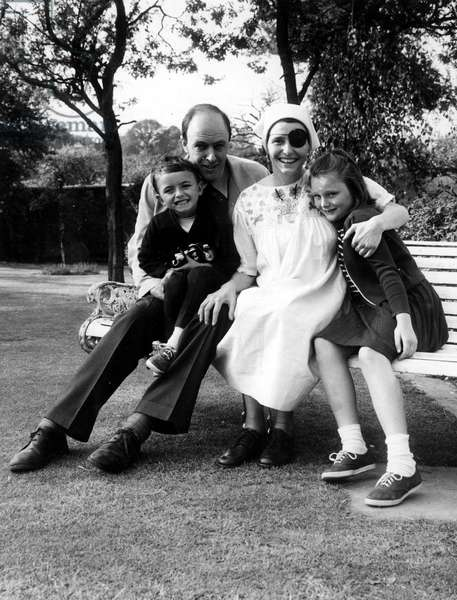 L'ecrivain Roald Dahl with his wife Patricia Neal and children Theo et Tessa, Londres 20/05/1965