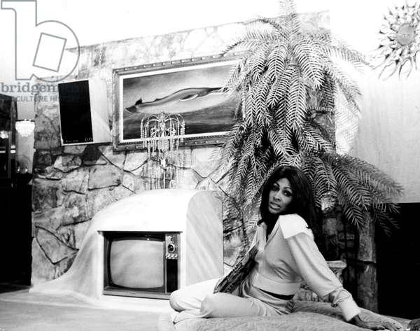 Portrait of Tina Turner at home in 1977 (b/w photo)