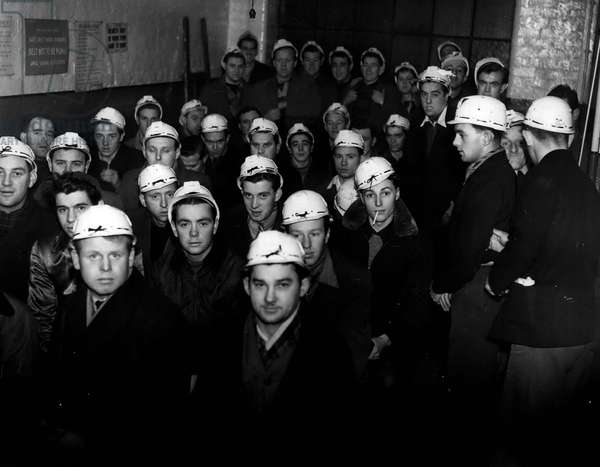Jan. 01, 1955 - MERCHANT SEAMEN TAKE TO MINING. The National Coal Board have recruited coming miners from among dis-satisfield merchant seamen at Liverpool. The men, who total about 60, from Liverpool and Merseyside, started their training this week at the Sandhold Training Centre, Walkden. The are brought to the Centre by bus in the morning and taken back in the afternoon. All this week they get film shows and instructions on safety. KEYSTONE PHOTO SHOWS: - Some of the seamen, in mining helmets - seen in class at the Sandhole Training Centre